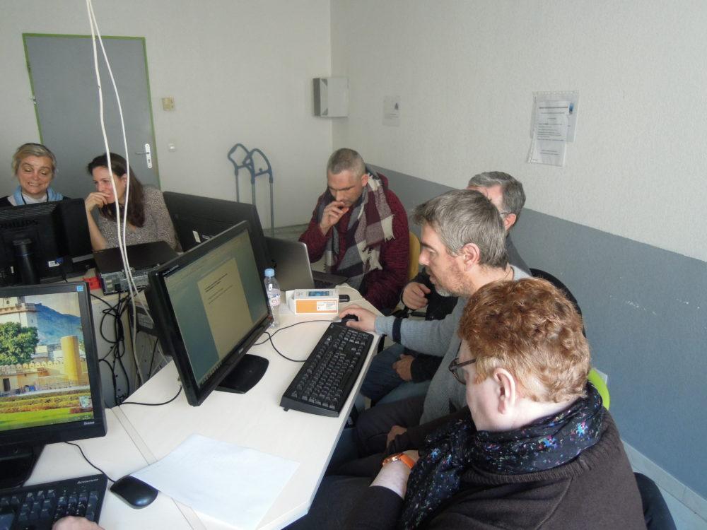 Les résidents d'APSH34 dans le local informatique du lieu ressources